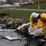 Contenção de derramamento de óleo na água