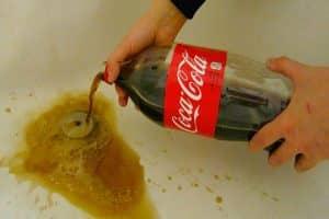 Desentupir o ralo do banheiro com refrigerante