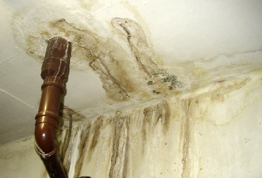 danos estruturais provocados por vazamento de esgoto