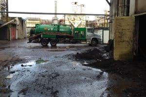 caminhão limpa fossa da advento desentupidora em serviço na indústria