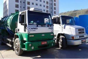 caminhão limpa fossa da advento desentupidora em serviço em condomínio