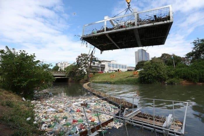 Lixo sendo removido no Arroio Dilúvio em Porto Alegre