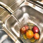 ao lavar alimentos utilize uma panela