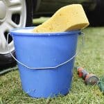 lave seu carro com balde para ter economia de água