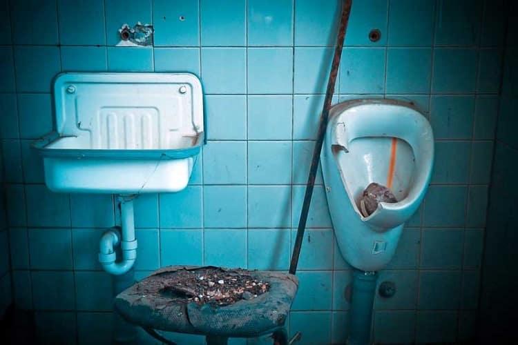 riscos à saúde associados a vazamentos de esgoto em casa ou na empresa