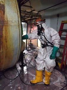 técnico especializado em limpeza de tanque de petróleo