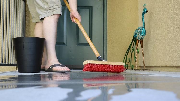 limpar com água sanitária pode poluir o ar em ambientes fechados